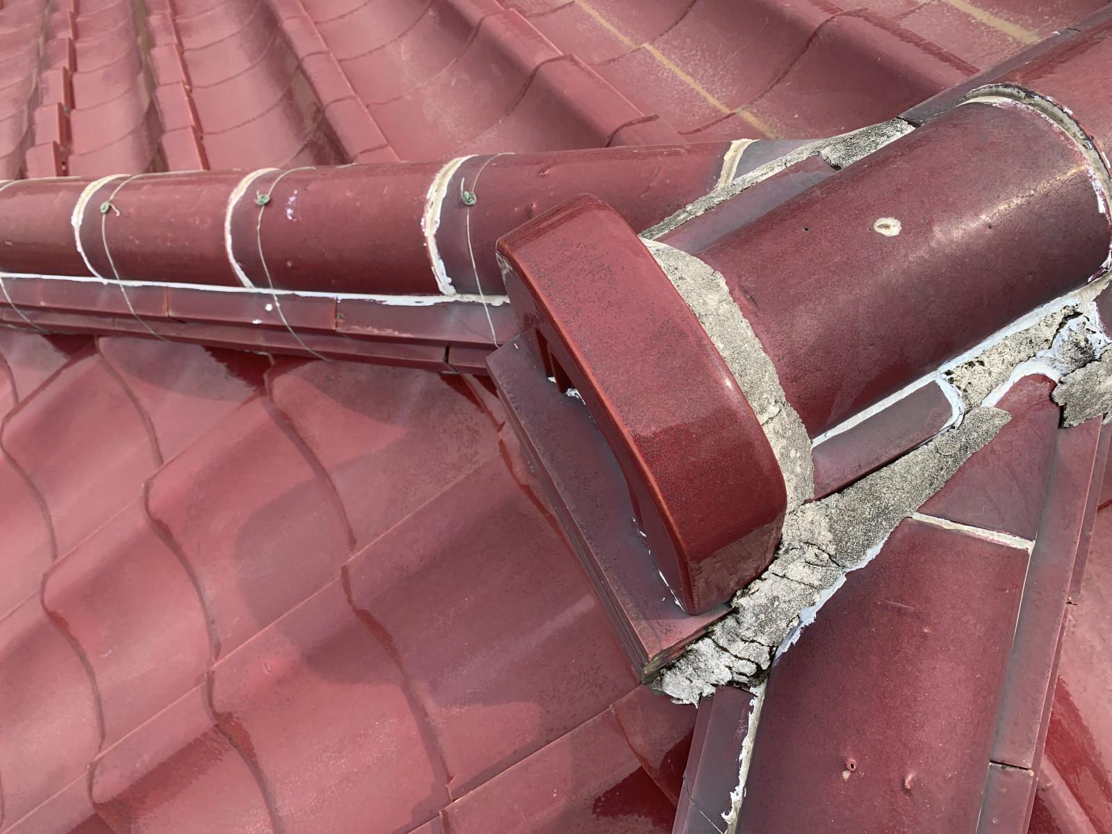 屋根の棟瓦の漆喰がはがれています