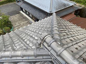 雨漏りを引き起こしている瓦屋根の棟部分