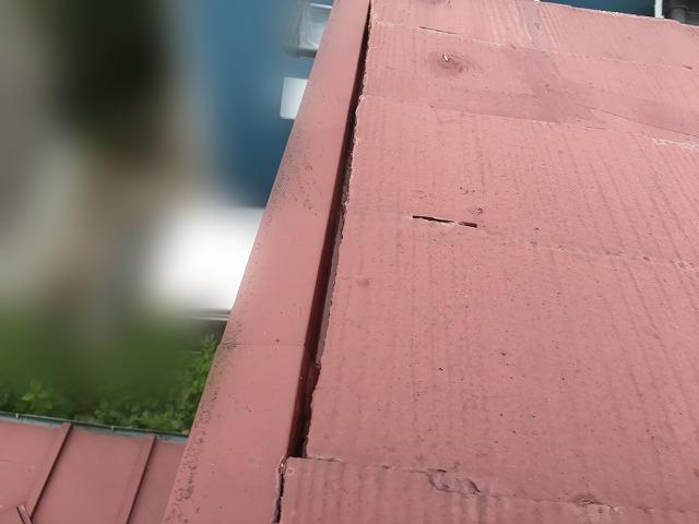 隙間が見られる屋根の端