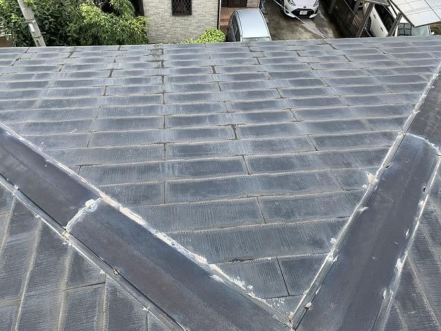 色褪せと雨染みが発生した屋根