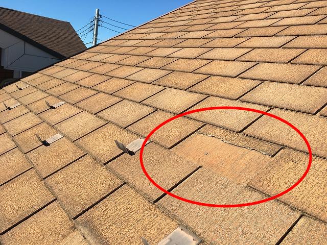 スレート瓦が一枚だけ割れた屋根