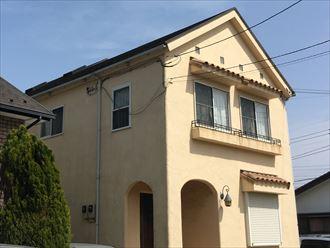 切妻屋根の2階建て住宅
