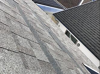飛散したアスファルトシングルの屋根