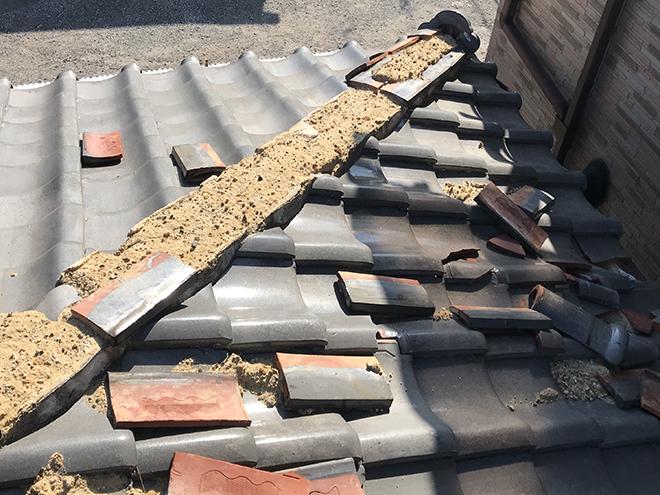 名古屋市にて棟倒壊により雨漏りの危険!防水シートとテープで養生