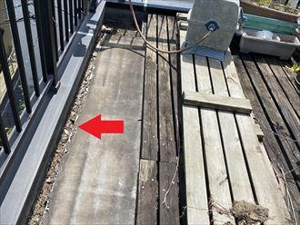 横浜市都筑区中川にて陸屋根での雨漏り調査を実施、防水層劣化以外にも雨漏りが起こる原因は笠木?