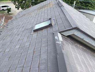三鷹市牟礼にてスレート屋根に設置された天窓の経年劣化による雨漏り調査を実施しました