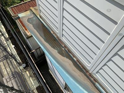 瓦棒葺きの屋根から雨漏りしてしまい天井の壁紙が剥がれてしまった和光市のお宅に現地調査にお伺いしました。