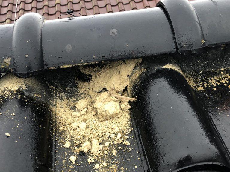 葺き土が流れ出ている
