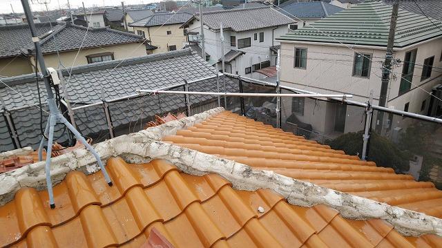 瓦をはがし漆喰が見えている状態の屋根