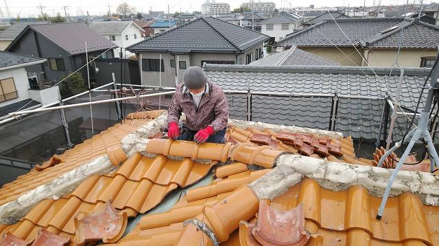 屋根の瓦をはがしている様子