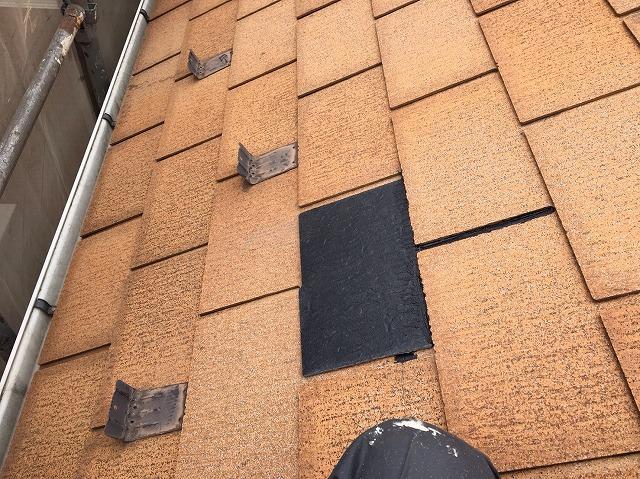 新しいスレート瓦を設置した屋根の一部
