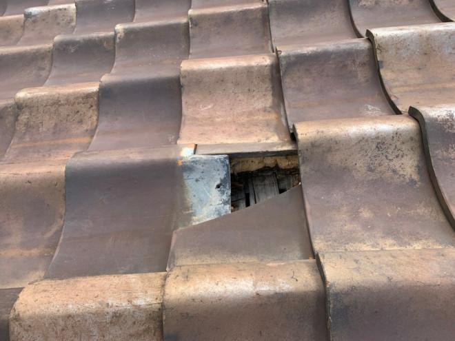 守山区西新で瓦のズレ、割れから雨漏れが発生、特殊なサイズの瓦でしたが即対応