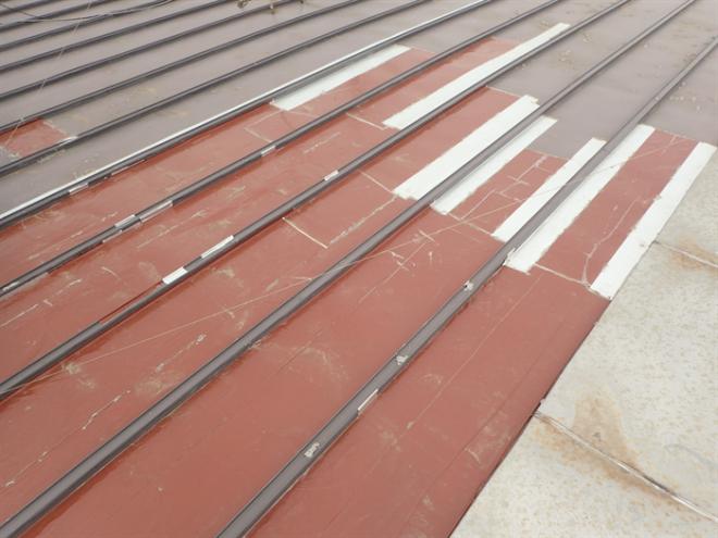 補修跡が見られるトタン屋根