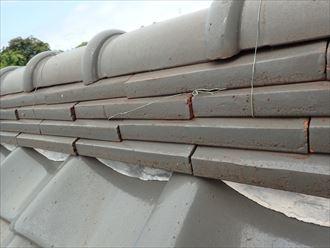 棟瓦を固定している銅線が切れてしまっています