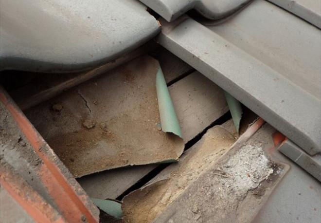 瓦下の防水紙が捲れあがっていました