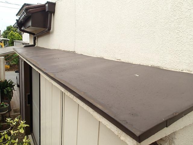 吹田市内本町にて大雨で雨漏りをした、庇の取り合い部分を点検