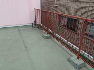 墨田区押上にて屋上の笠木(手摺り)から雨漏りを引き起こしていたためシーリング補修と板金工事をご提案