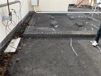 鴨川市横渚の3階建てビルにて陸屋根の防水層劣化による雨漏りを調査