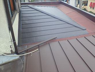 継ぎ合わされた金属屋根