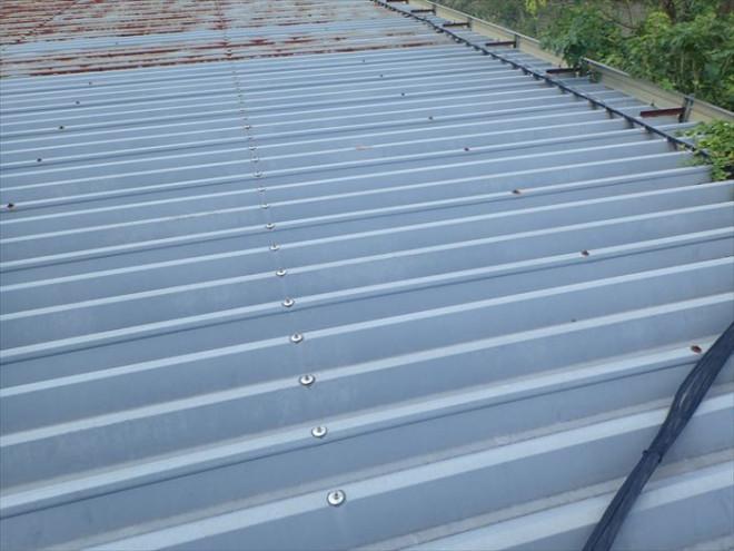 茂原市千沢の工場にて雨漏り発生、折板屋根の錆び・穴あきを確認
