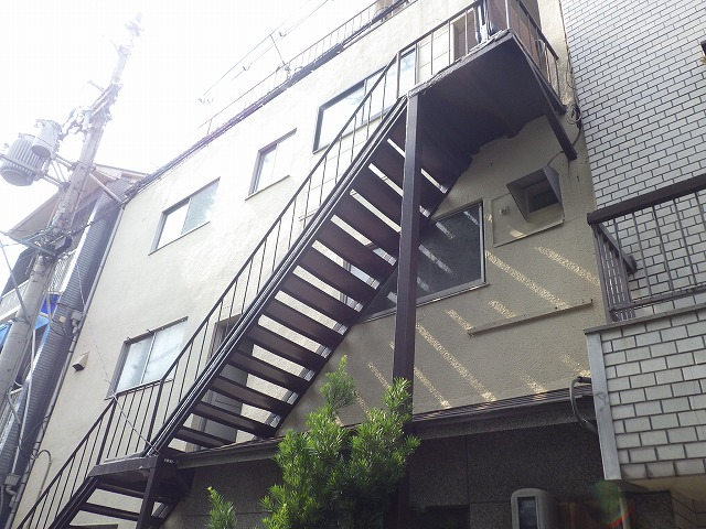 東大阪市にて、他業者が3年間放置したアパートの雨漏り調査