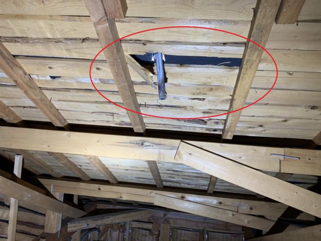 天理市で雨漏り無料点検 雨漏り原因は台風?アンテナが屋根瓦を貫通し、天井裏にまで!