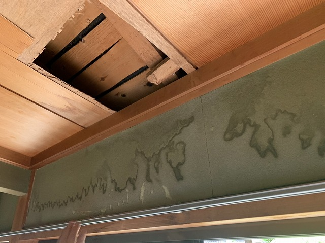天理市で築60年の和瓦屋根を無料点検! 切妻屋根(きりづまやね)の棟瓦が雨漏りの原因でした。