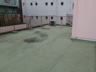 雨漏りが発生している3階建ての屋上