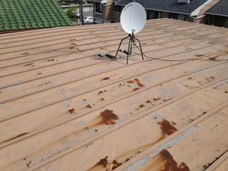 雨漏りしている瓦棒の屋根