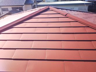 雨漏りを引き起こしている横葺きの金属屋根
