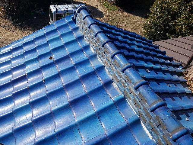 施工前の屋根の状況。一見、瓦にズレや割れは見られず問題無い様に見えます。