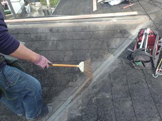 棟板金撤去の際に出た土埃を清掃します
