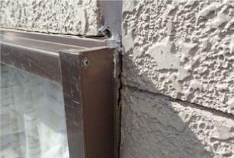 窓サッシのシーリングが劣化することによって生じた隙間