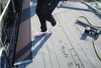 屋根材の敷き始め