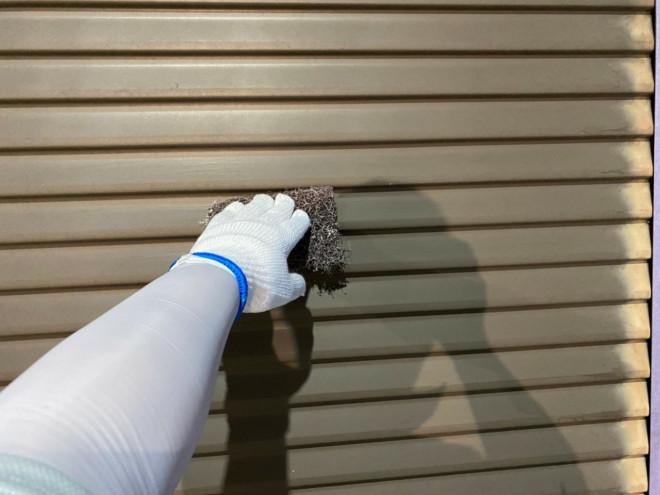 春日井市での雨戸塗装準備ケレン作業