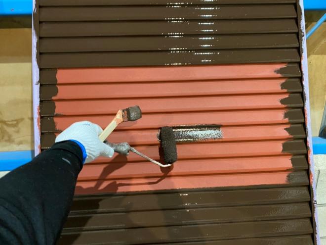 春日井市での雨戸塗装中塗り上塗り