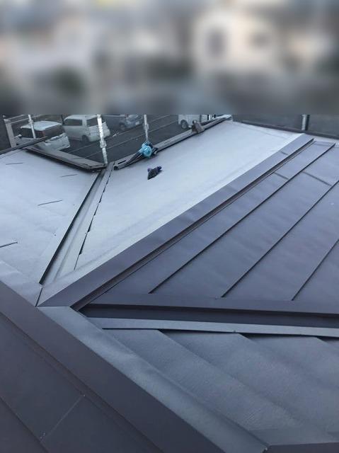 屋根カバー工事が完了した屋根